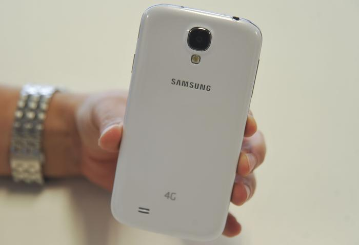 The glossy back of the Galaxy S4 is slippery and this can make it tough to hold at times.